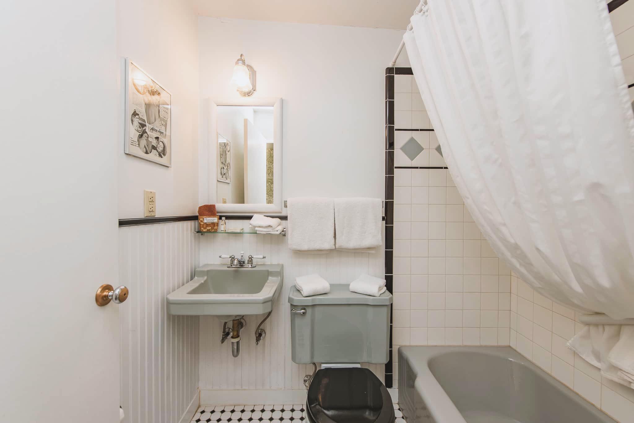 Emerald Valley Inn - Alder Bathroom