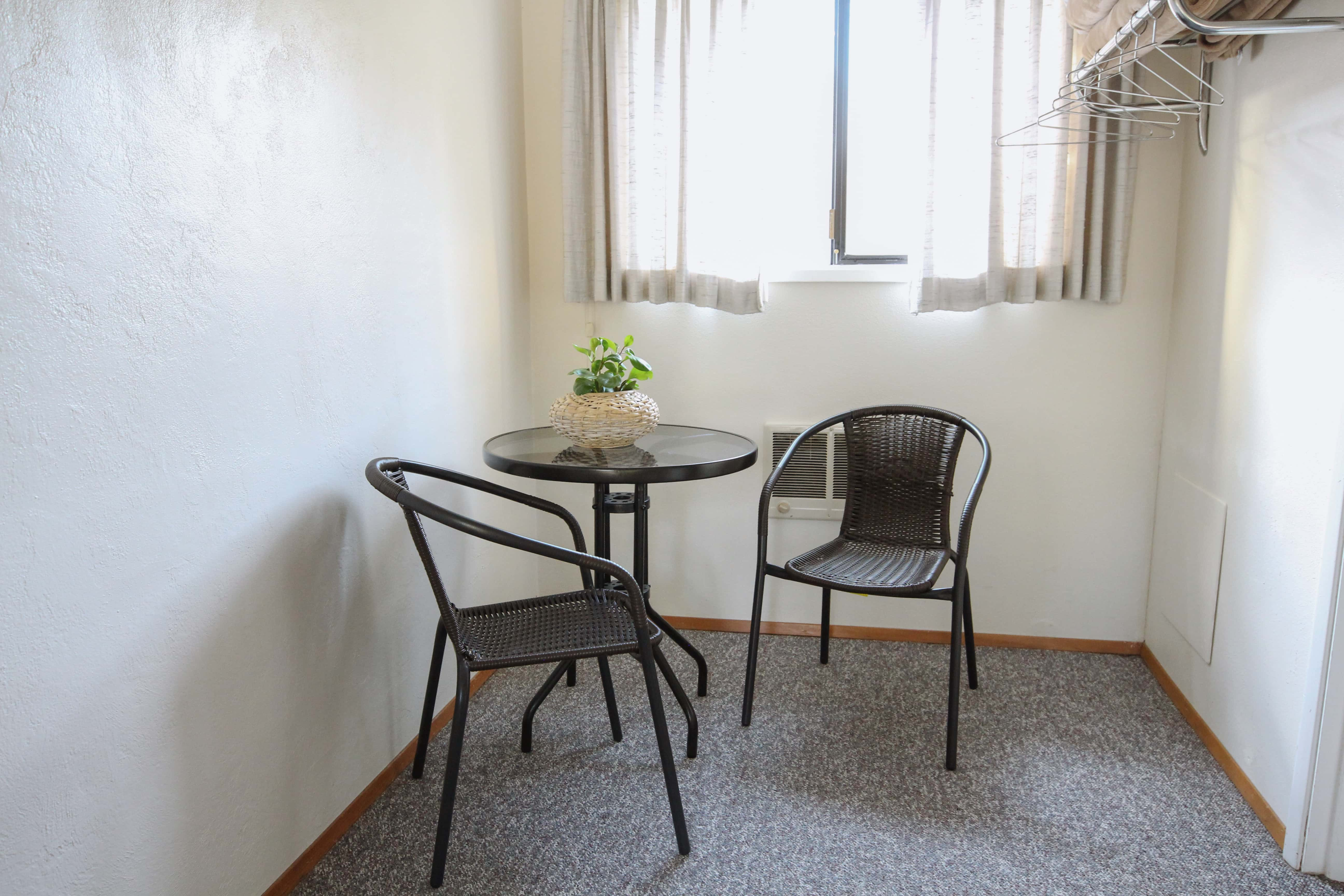 Emerald Valley Inn - Fir Room Sitting Area