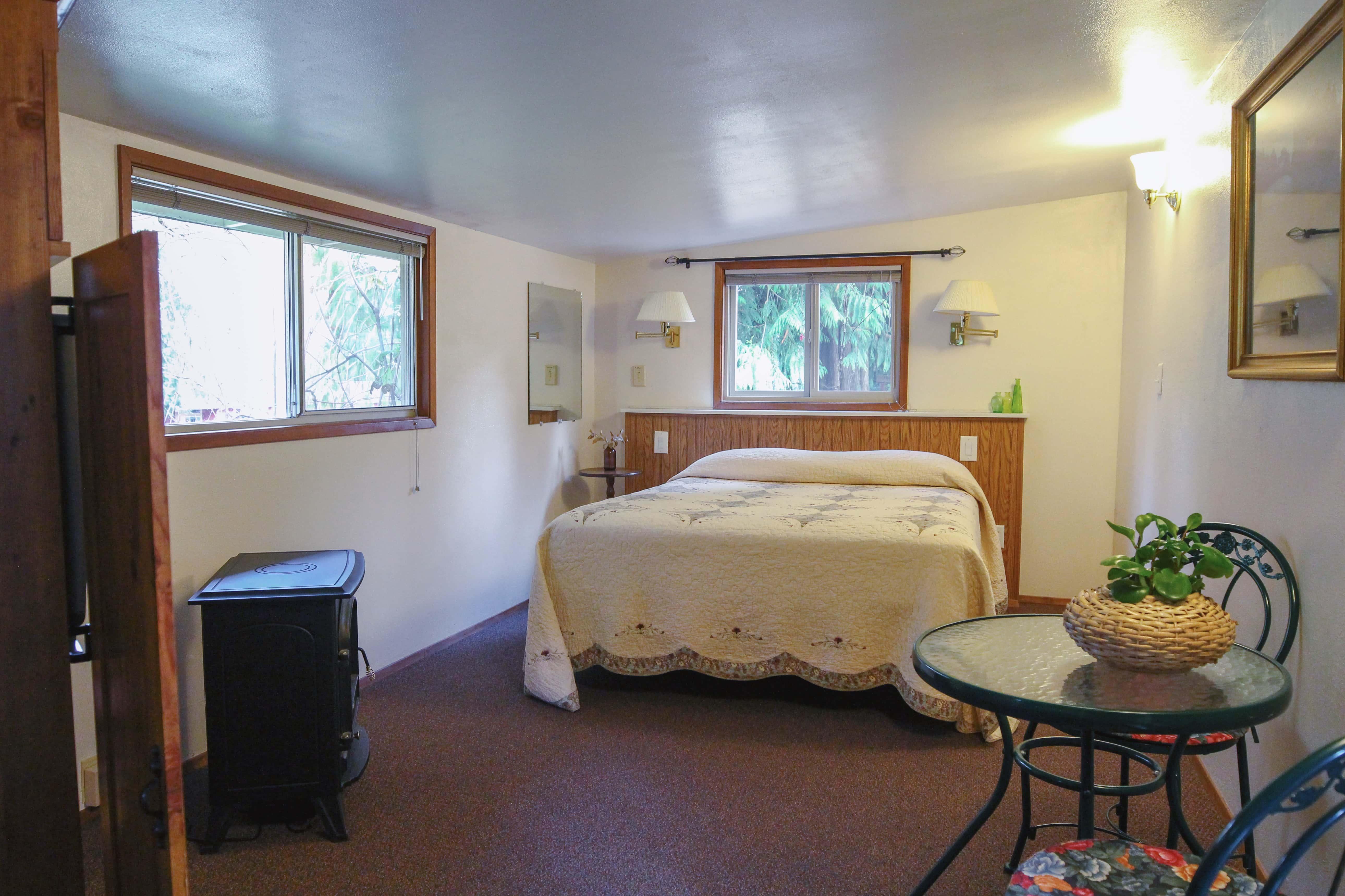 Emerald Valley Inn - Hemlock Suite Bedroom