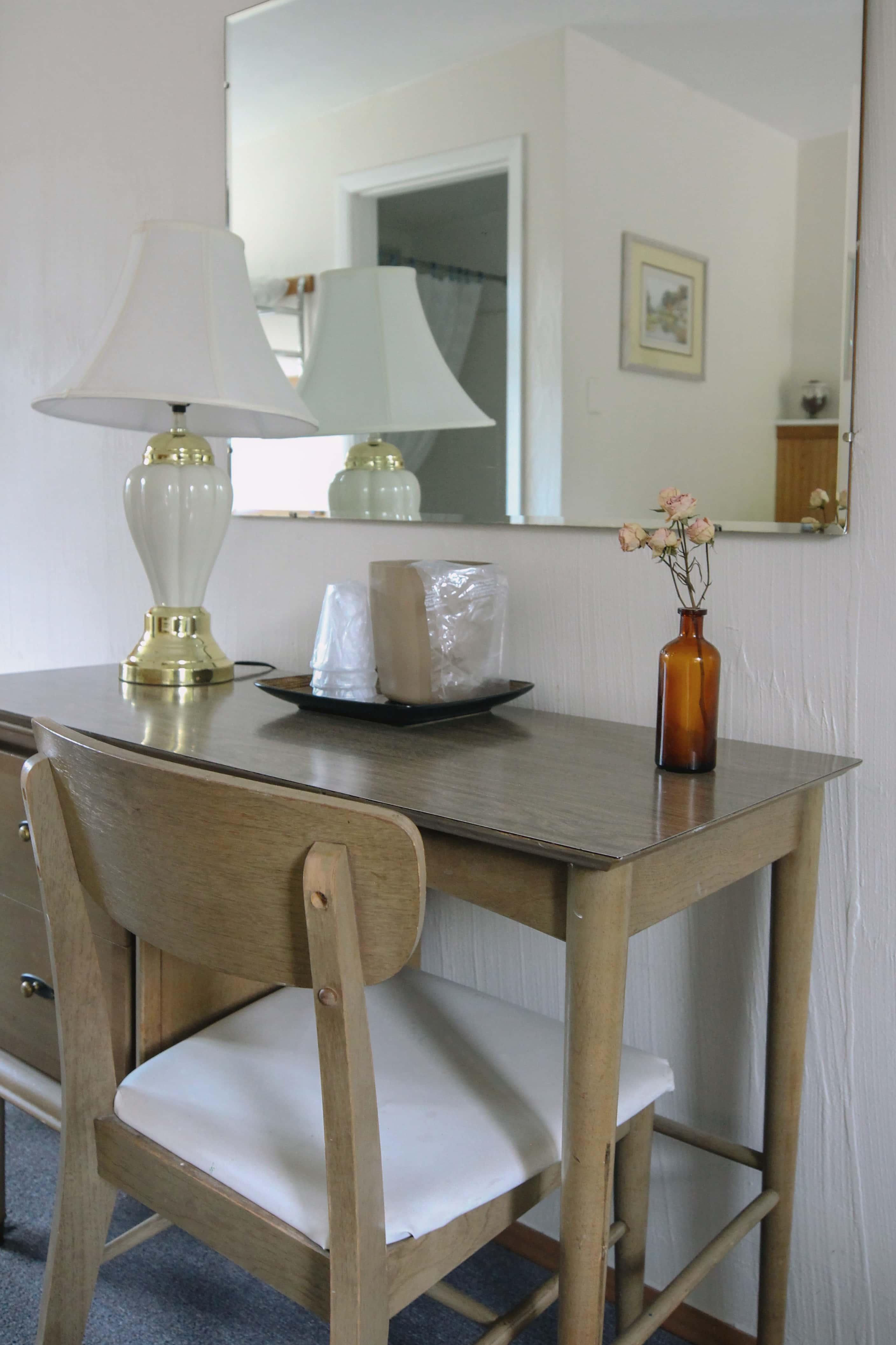 Emerald Valley Inn - Hemlock Suite Desk