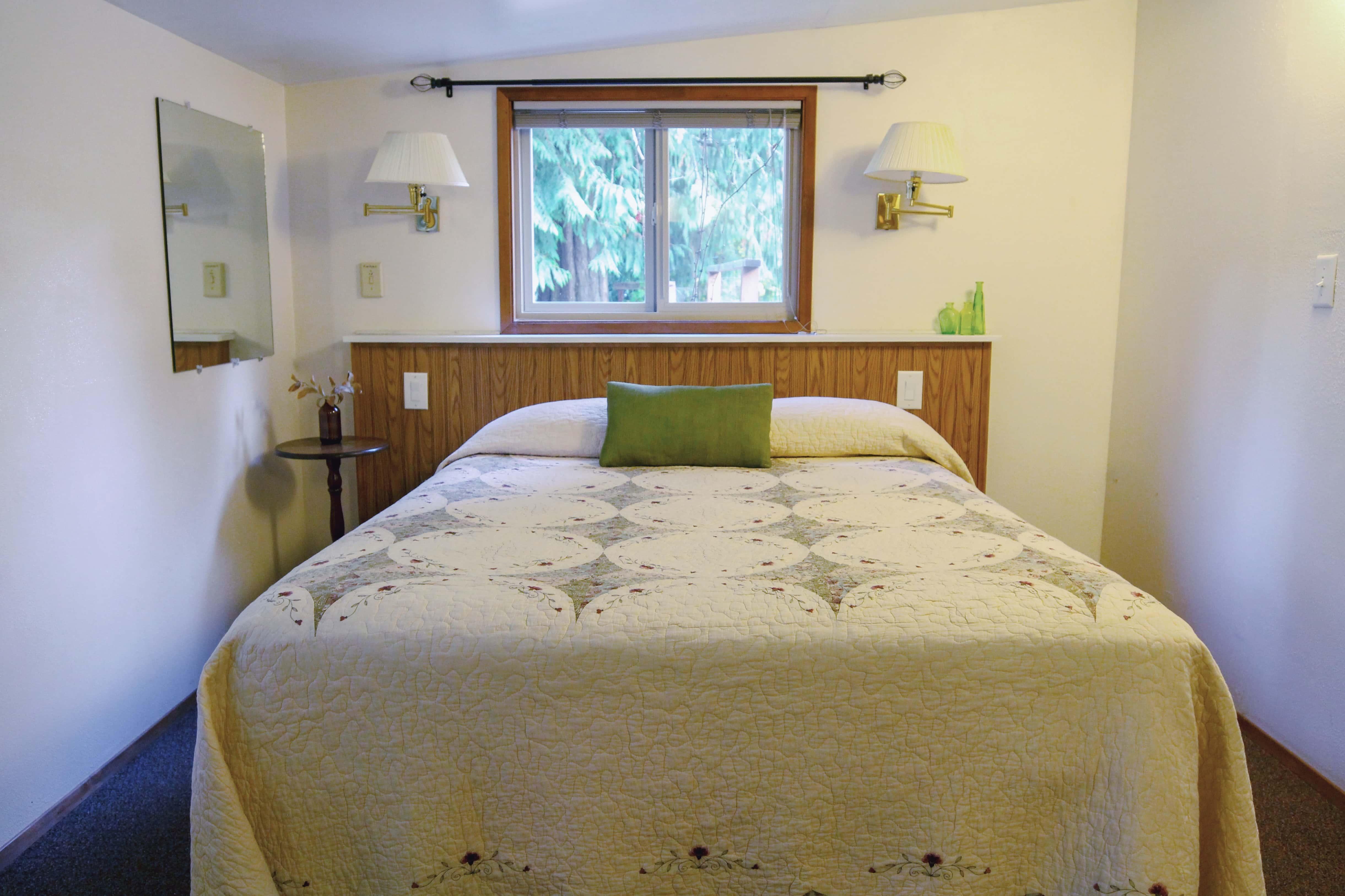 Emerald Valley Inn - Hemlock Suite Queen Bed Bedroom