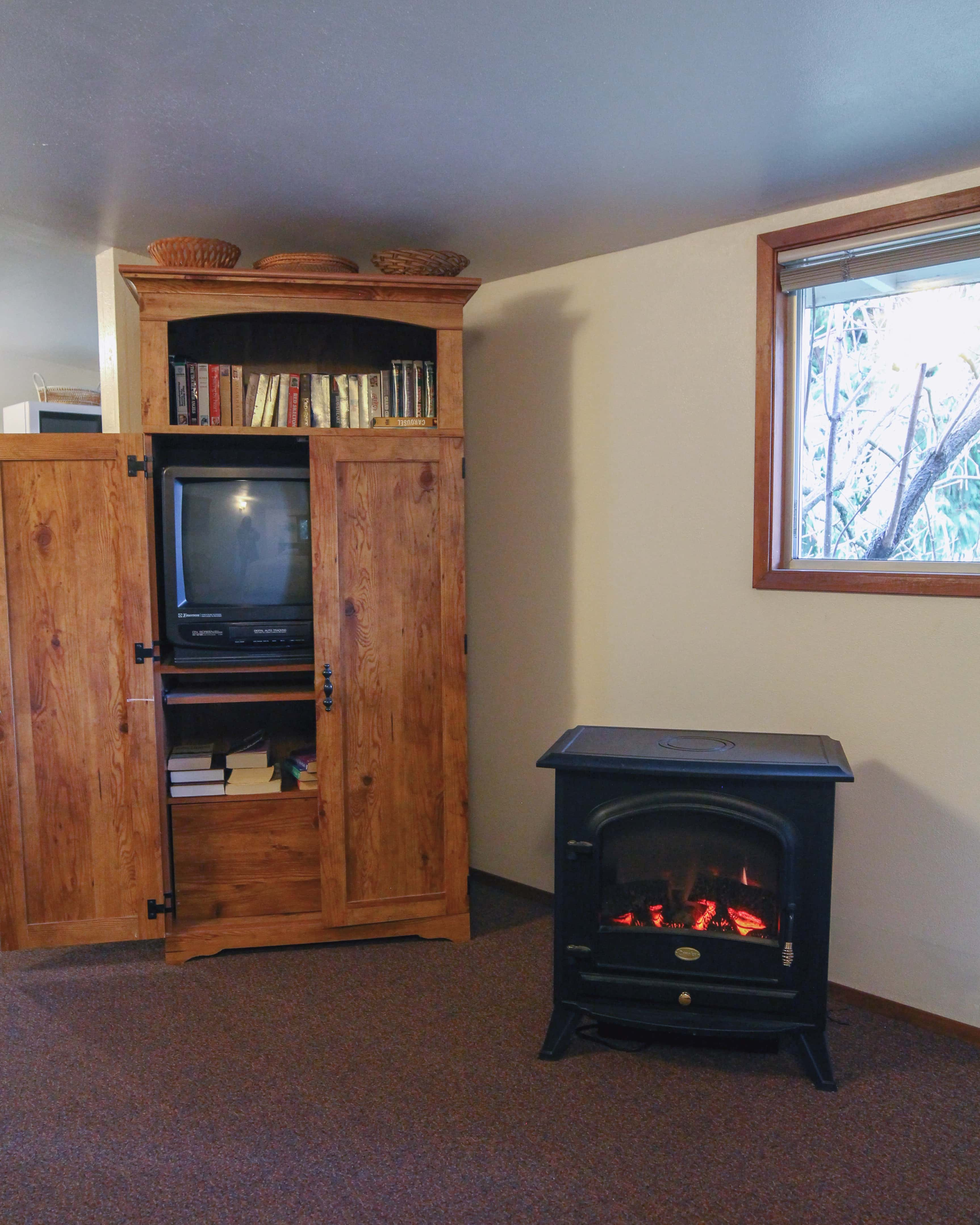 Emerald Valley Inn - Hemlock Suite TV and Electric Fireplace
