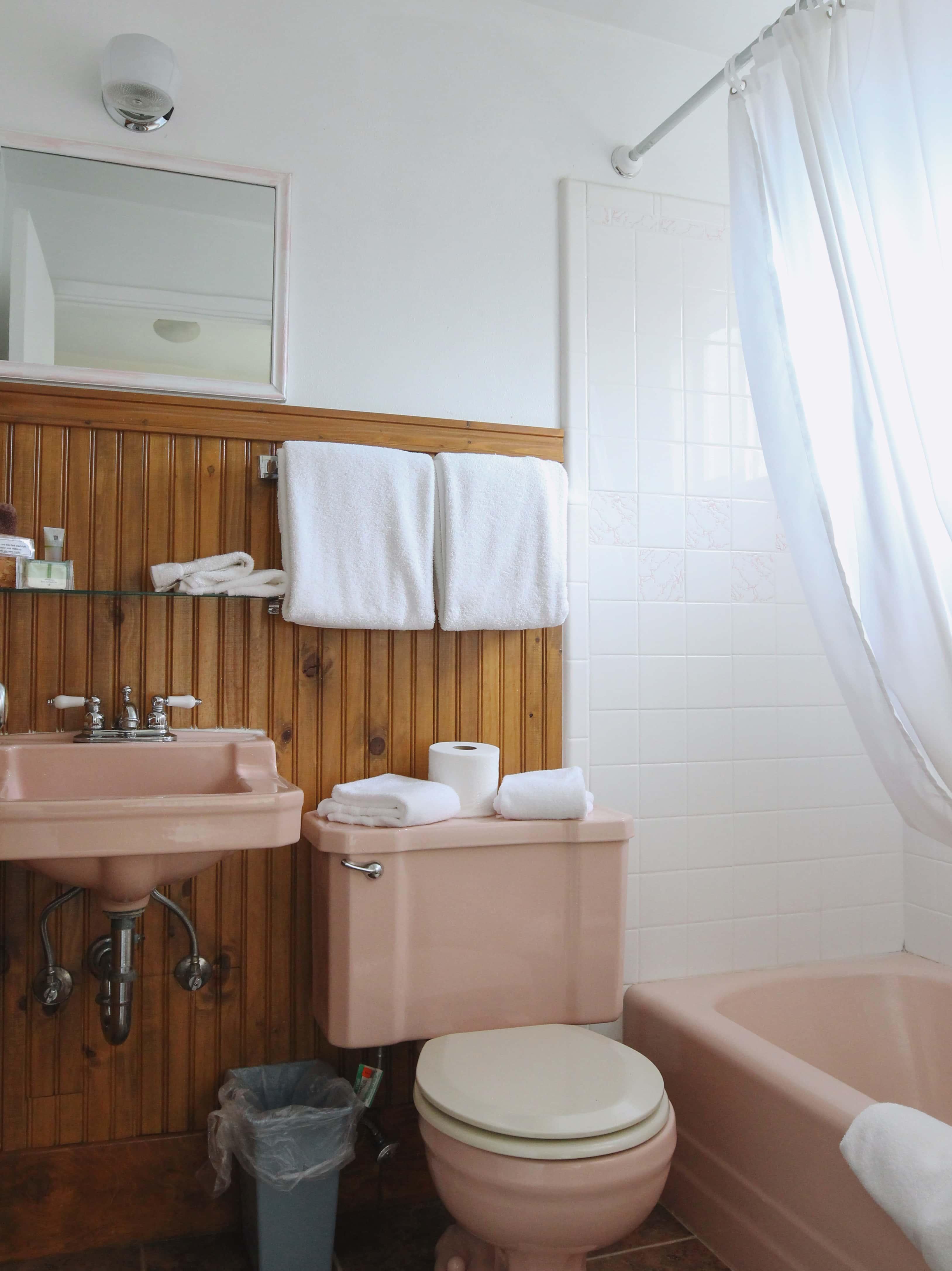 Emerald Valley Inn - Pine Room Bathroom