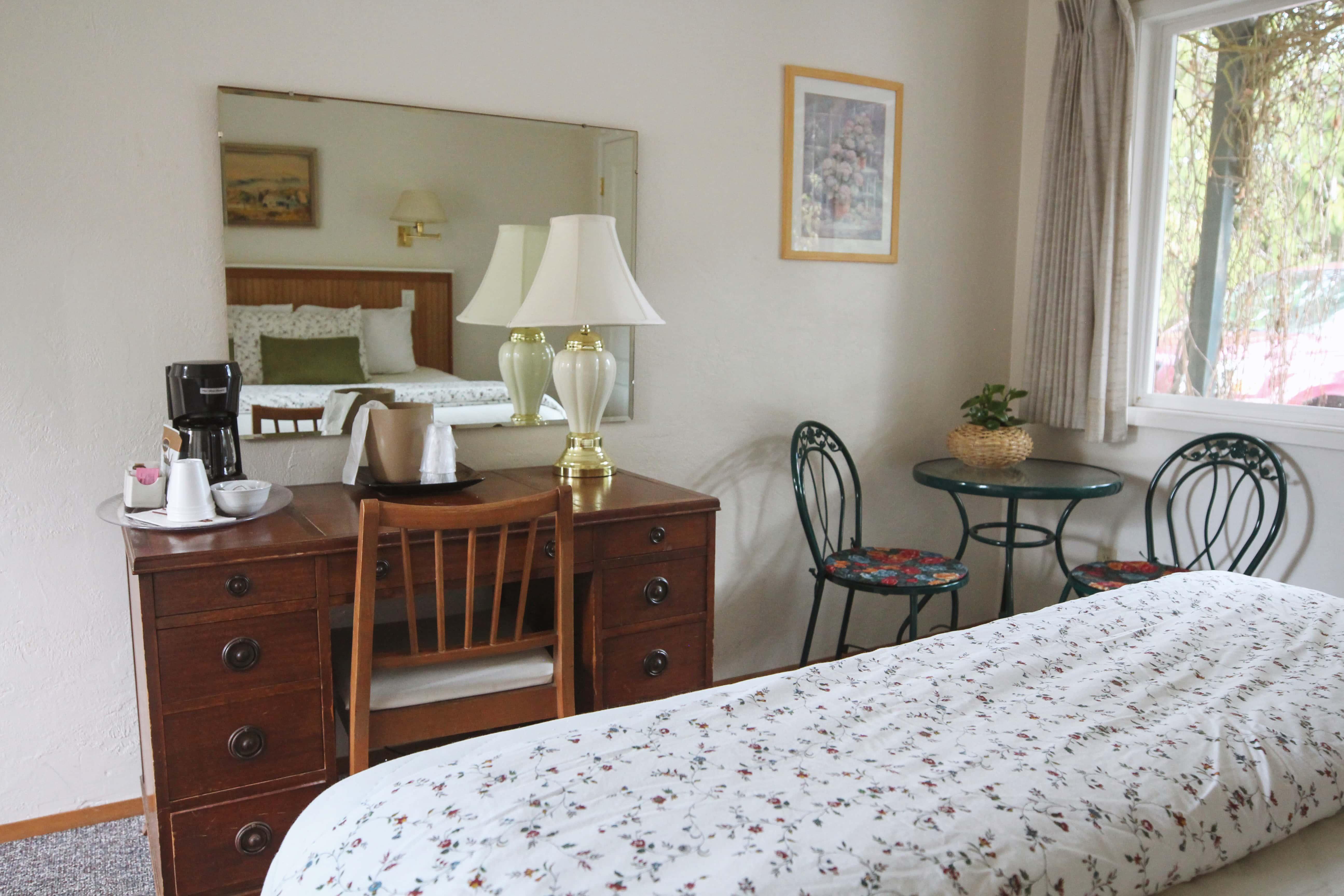 Emerald Valley Inn - Pine Room Desk