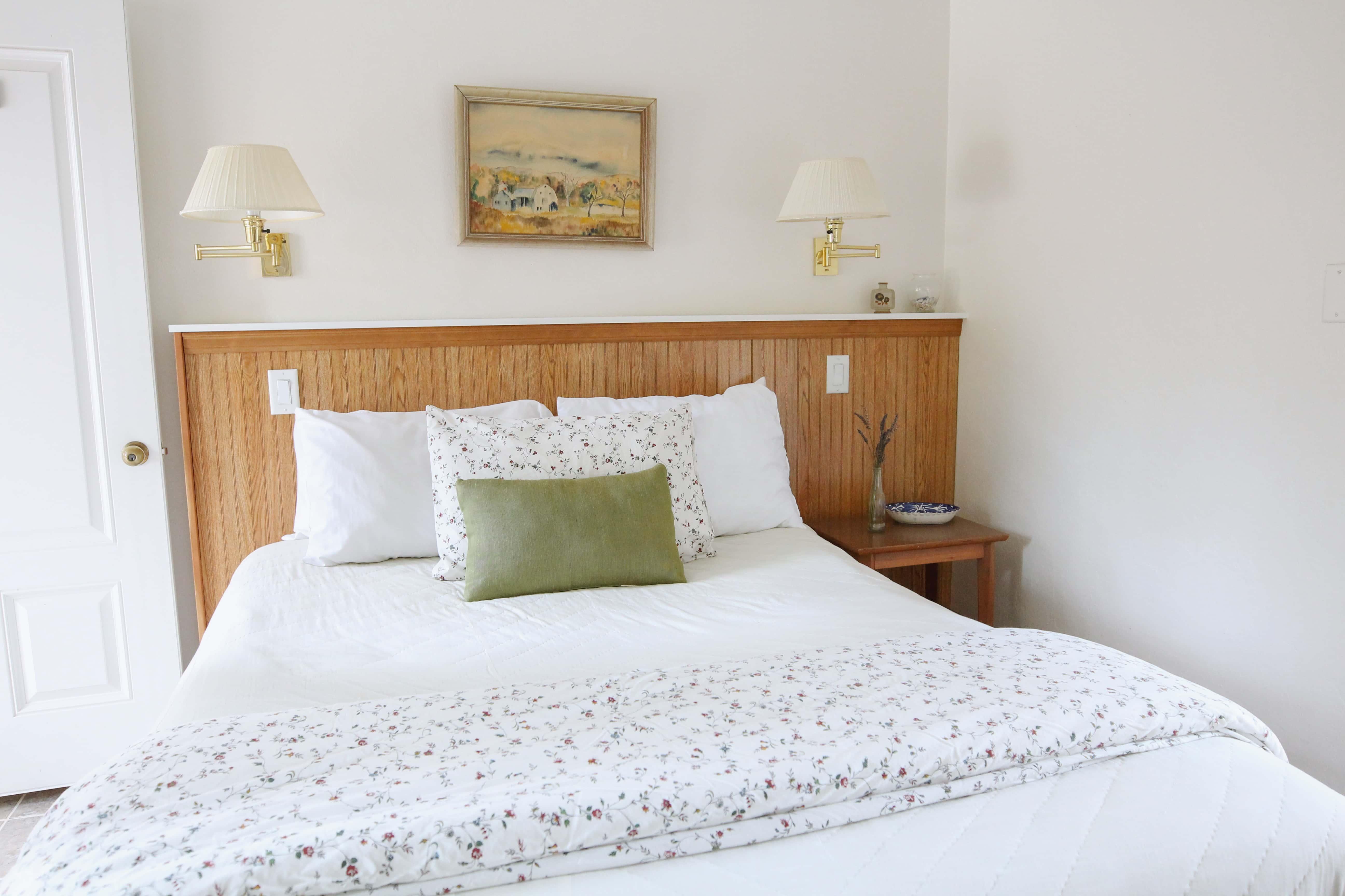 Emerald Valley Inn - Pine Room Queen Bed