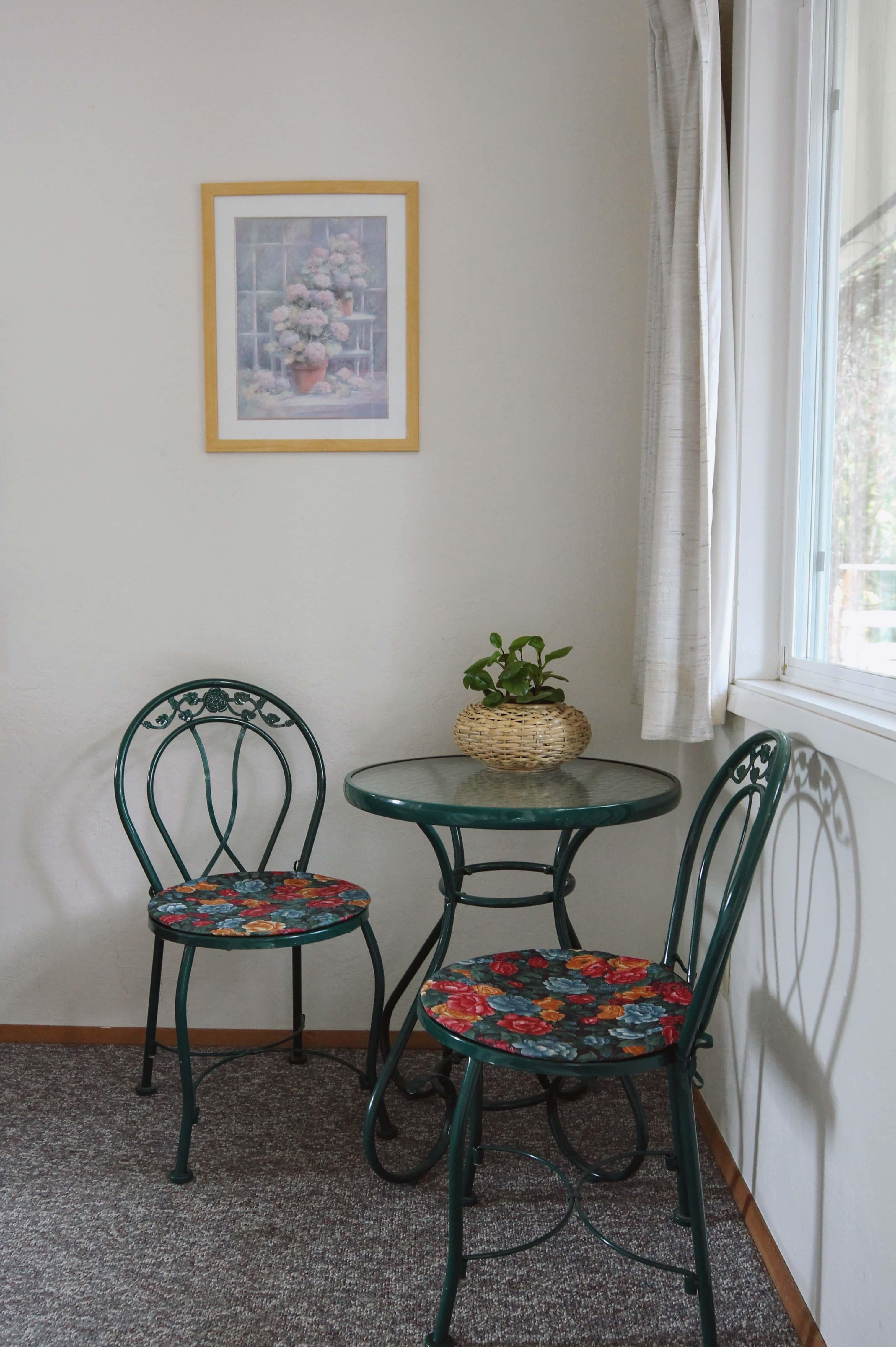 Emerald Valley Inn - Pine Room Sitting Area