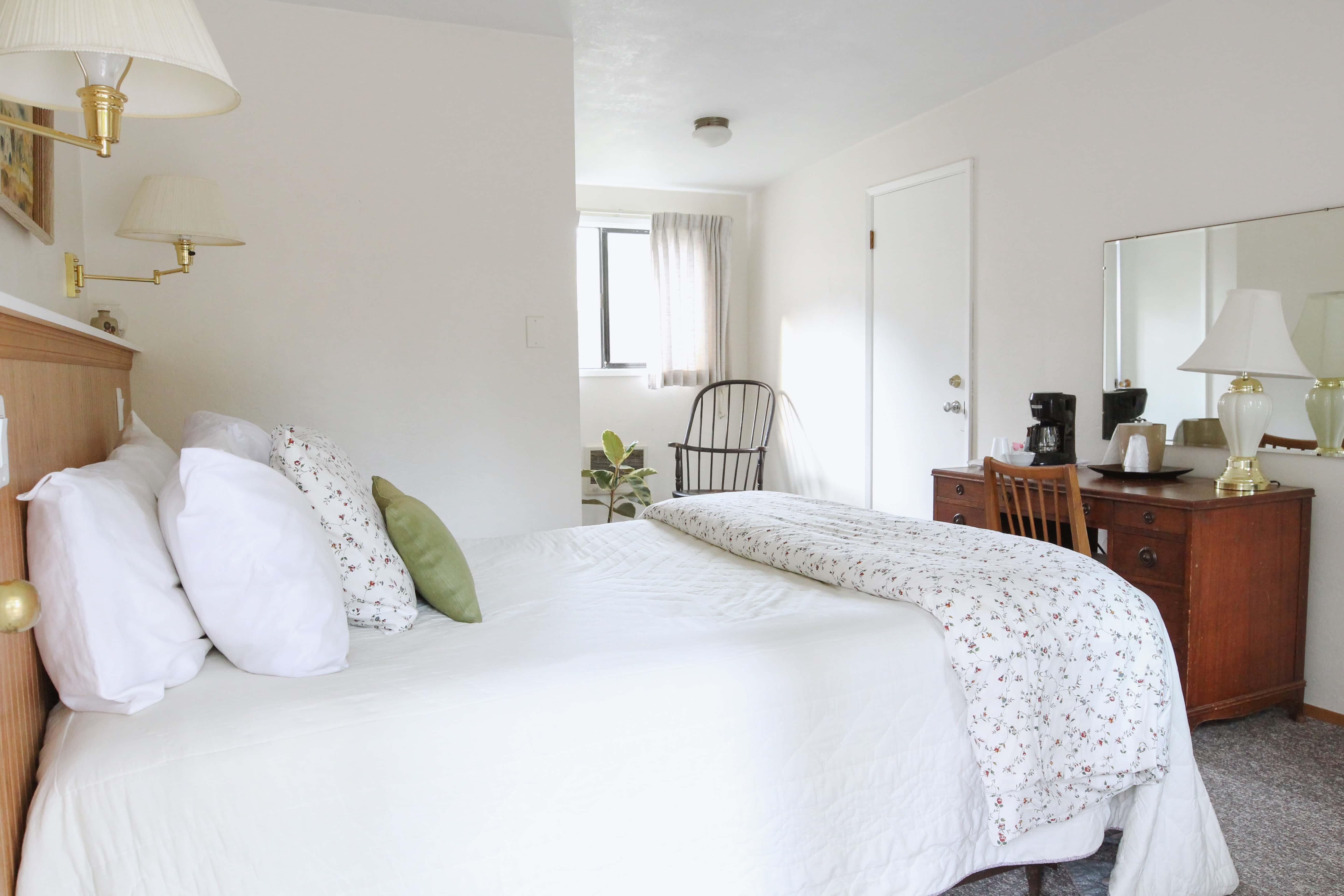 Emerald Valley Inn - Pine Room