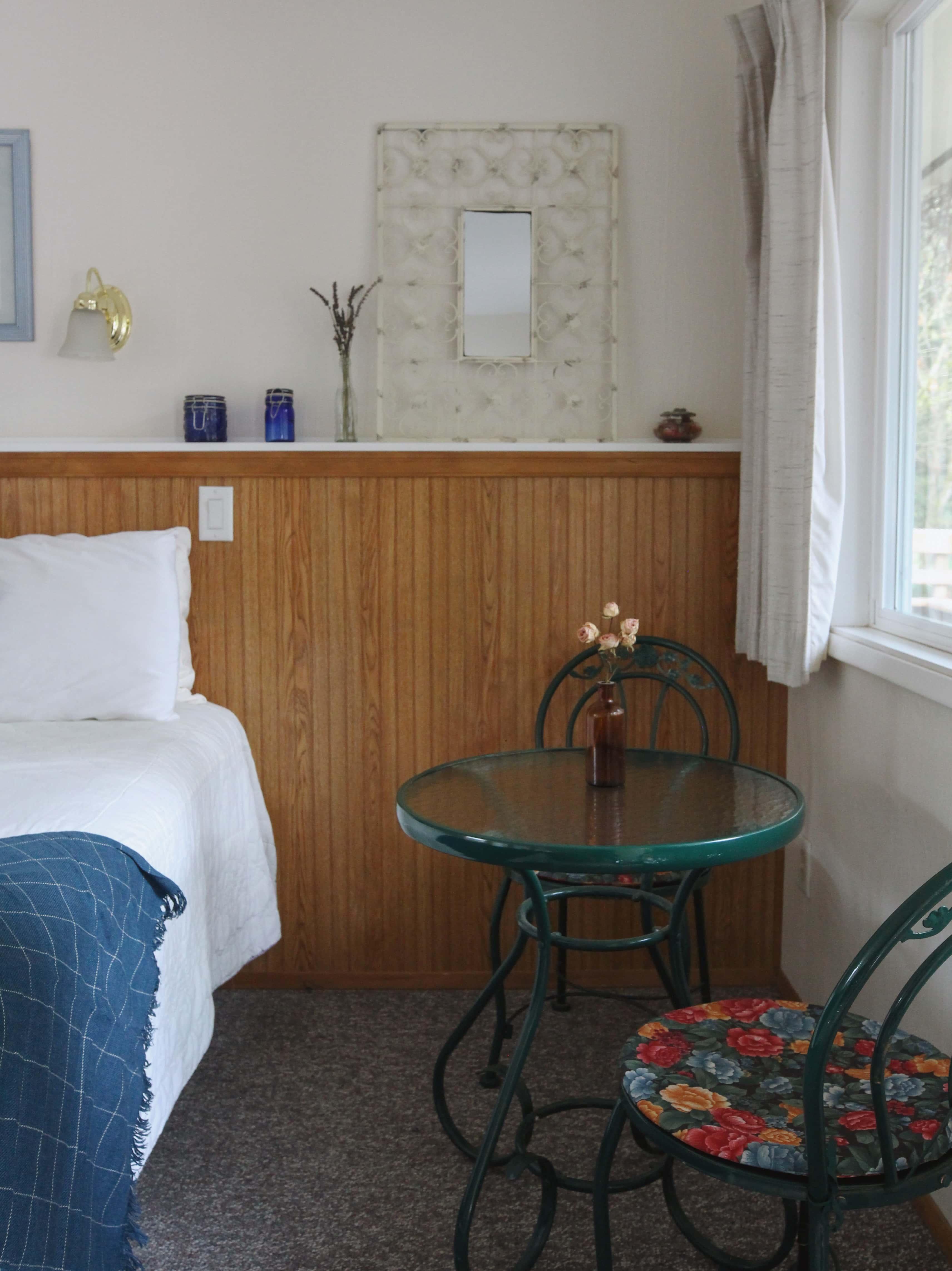 Emerald Valley Inn - Spruce Room Sitting Area